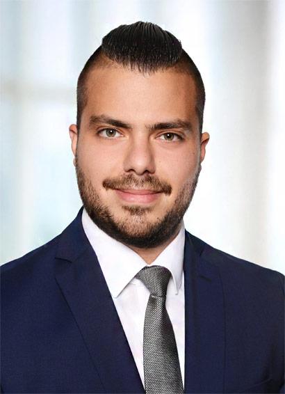 David Saive hat maritimes Recht in Hamburg studiert, es in einer auf maritimes Recht spezialisierten Bremer Kanzlei praktiziert und forscht derzeit bei Prof. Taeger am Lehrstuhl für Institut für Bürgerliches Recht, Handels- und Wirtschaftsrecht sowie Rechtsinformatik der Carl von Ossietzky Universität zu Konnossements auf Grundlage der Blockchain-Technologie.
